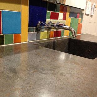 Diseño de cuarto de baño principal, ecléctico, pequeño, con puertas de armario de madera clara, encimera de cemento, ducha a ras de suelo, paredes beige, suelo de baldosas de porcelana y lavabo integrado