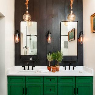 シカゴの中サイズのエクレクティックスタイルのおしゃれなマスターバスルーム (シェーカースタイル扉のキャビネット、緑のキャビネット、磁器タイルの床、アンダーカウンター洗面器、珪岩の洗面台、黒い壁、黒い床、白い洗面カウンター) の写真