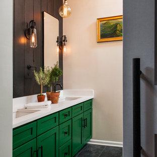 Foto de cuarto de baño principal, bohemio, de tamaño medio, sin sin inodoro, con armarios estilo shaker, puertas de armario verdes, baldosas y/o azulejos negros, paredes beige, suelo de baldosas de porcelana, encimera de cuarcita, suelo gris y ducha con puerta con bisagras