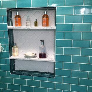 Inspiration för ett litet eklektiskt badrum med dusch, med luckor med infälld panel, vita skåp, ett badkar i en alkov, en toalettstol med separat cisternkåpa, grön kakel, keramikplattor, vita väggar, klinkergolv i porslin, ett undermonterad handfat, bänkskiva i kvarts, grått golv och dusch med skjutdörr