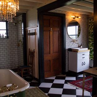Salle de bain avec un carrelage noir et blanc et un mur rose ...