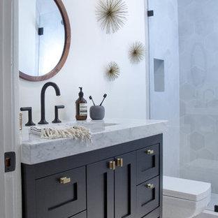 Esempio di una stanza da bagno padronale eclettica di medie dimensioni con ante in stile shaker, ante blu, top in marmo, WC monopezzo, piastrelle grigie, piastrelle di cemento, pareti bianche e pavimento in cemento