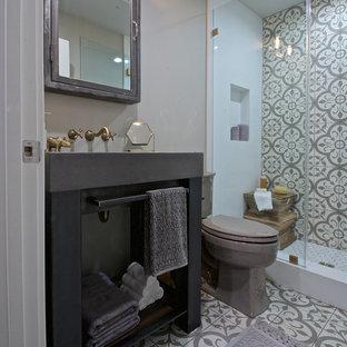 Foto de cuarto de baño con ducha, bohemio, pequeño, con baldosas y/o azulejos grises, baldosas y/o azulejos de cemento, paredes grises, suelo de cemento, armarios abiertos, ducha empotrada, sanitario de dos piezas y encimera de cemento