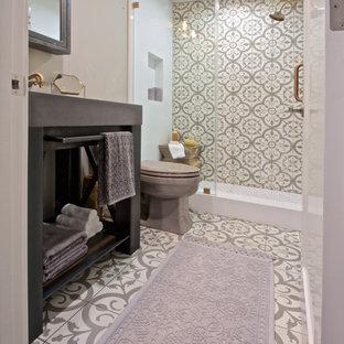 Ejemplo de cuarto de baño bohemio, pequeño, con baldosas y/o azulejos grises, baldosas y/o azulejos de cemento, paredes grises, suelo de cemento, armarios abiertos, ducha empotrada, sanitario de dos piezas, lavabo tipo consola y encimera de cemento