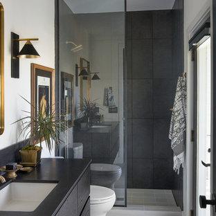 チャールストンのコンテンポラリースタイルのおしゃれな浴室 (オープン型シャワー、アンダーカウンター洗面器、オープンシャワー、フラットパネル扉のキャビネット、黒いキャビネット、白いタイル、白い壁、白い床、黒い洗面カウンター) の写真