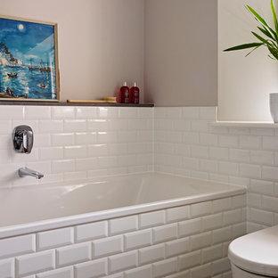 Mittelgroßes Shabby-Style Kinderbad mit Wandwaschbecken, flächenbündigen Schrankfronten, hellbraunen Holzschränken, Einbaubadewanne, bodengleicher Dusche, Toilette mit Aufsatzspülkasten, weißen Fliesen, Porzellanfliesen, brauner Wandfarbe und Keramikboden in Devon
