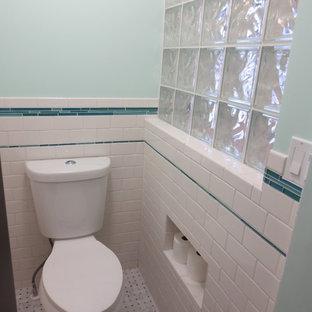 Ispirazione per una stanza da bagno padronale boho chic di medie dimensioni con doccia alcova, WC a due pezzi, piastrelle bianche, piastrelle diamantate, pareti blu, lavabo integrato, top in vetro, pavimento bianco, doccia aperta e top blu