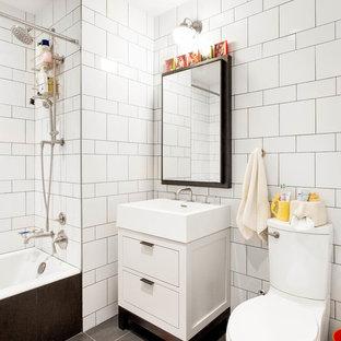 Ejemplo de cuarto de baño con ducha, ecléctico, de tamaño medio, con armarios con paneles lisos, puertas de armario blancas, bañera empotrada, combinación de ducha y bañera, sanitario de dos piezas, baldosas y/o azulejos blancos, lavabo tipo consola, suelo gris, baldosas y/o azulejos de cemento, suelo de baldosas de porcelana y ducha con cortina