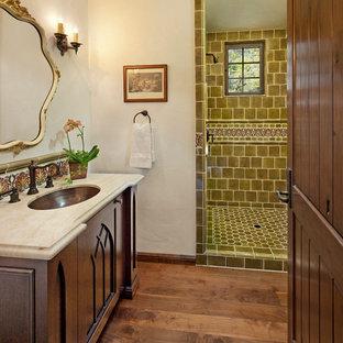Mediterranes Badezimmer mit Granit-Waschbecken/Waschtisch und braunem Holzboden in Santa Barbara
