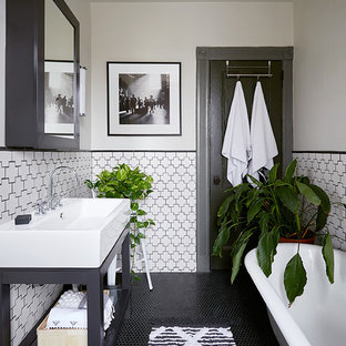 Foto di una stanza da bagno padronale scandinava di medie dimensioni con nessun'anta, ante nere, vasca con piedi a zampa di leone, piastrelle bianche, piastrelle in ceramica, pareti bianche, pavimento con piastrelle in ceramica, lavabo a consolle e pavimento nero