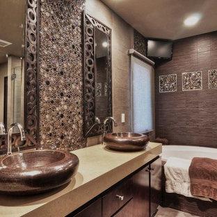 Diseño de cuarto de baño principal, asiático, de tamaño medio, con armarios con paneles lisos, puertas de armario de madera en tonos medios, bañera encastrada, ducha doble, sanitario de una pieza, baldosas y/o azulejos marrones, baldosas y/o azulejos de cerámica, paredes beige, suelo de baldosas de cerámica, lavabo sobreencimera y encimera de cuarzo compacto