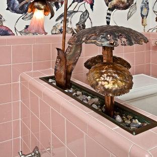 Inspiration för eklektiska en-suite badrum, med ett badkar i en alkov, rosa kakel och keramikplattor