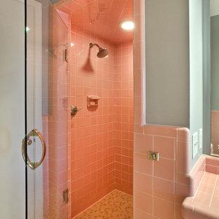 Идея дизайна: главная ванная комната в стиле фьюжн с душем в нише, розовой плиткой, керамической плиткой, серыми стенами и полом из керамогранита