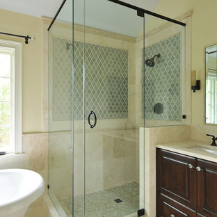 Modelo de cuarto de baño tradicional con bañera exenta y baldosas y/o azulejos de travertino