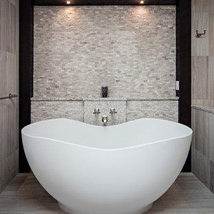 Aménagement d'une très grand salle de bain principale éclectique avec un lavabo encastré, un placard à porte shaker, des portes de placard noires, un plan de toilette en quartz modifié, une baignoire indépendante, une douche ouverte, un WC séparé, un carrelage beige, des carreaux de porcelaine, un mur beige et un sol en carrelage de porcelaine.