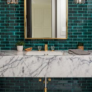 Immagine di una stanza da bagno contemporanea con piastrelle verdi, pavimento in marmo, top in marmo, piastrelle diamantate, pareti verdi, lavabo sospeso e pavimento multicolore