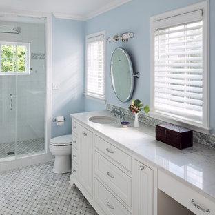 Esempio di una stanza da bagno padronale chic con ante con riquadro incassato, ante bianche, doccia alcova, piastrelle multicolore, pareti blu, lavabo sottopiano, top in marmo, pavimento in marmo e porta doccia a battente
