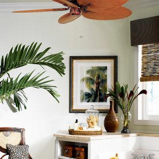Foto di una grande stanza da bagno padronale tropicale con nessun'anta, ante beige, vasca da incasso, piastrelle beige, lastra di pietra e top piastrellato
