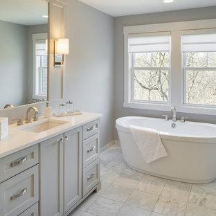 Idéer för stora vintage vitt en-suite badrum, med luckor med infälld panel, grå skåp, ett fristående badkar, bänkskiva i kvartsit, en dusch i en alkov, en toalettstol med separat cisternkåpa, grå väggar, marmorgolv, ett undermonterad handfat och vitt golv