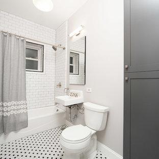 Foto di una piccola stanza da bagno padronale tradizionale con ante in stile shaker, vasca ad alcova, vasca/doccia, pavimento con piastrelle a mosaico, lavabo sospeso, WC a due pezzi, piastrelle bianche, piastrelle diamantate, pareti grigie, ante marroni e doccia con tenda