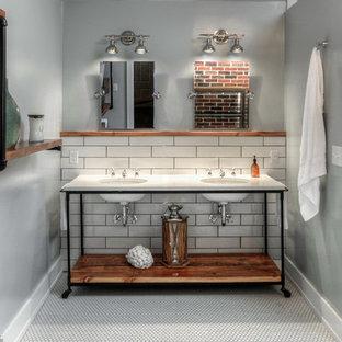 Неиссякаемый источник вдохновения для домашнего уюта: большая главная ванная комната в стиле лофт с открытыми фасадами, фасадами цвета дерева среднего тона, открытым душем, унитазом-моноблоком, белой плиткой, плиткой кабанчик, серыми стенами, полом из мозаичной плитки, врезной раковиной, мраморной столешницей и шторкой для душа