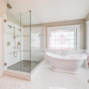 Esempio di una stanza da bagno padronale vittoriana con nessun'anta, vasca freestanding, doccia ad angolo, piastrelle bianche e pareti beige