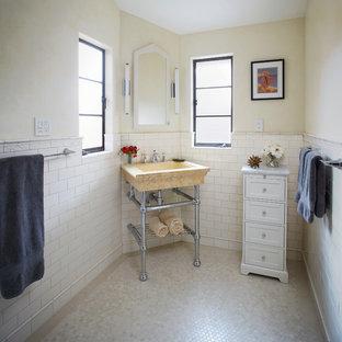 Свежая идея для дизайна: маленькая ванная комната в классическом стиле с бежевой плиткой, мраморной столешницей, бежевым полом, желтой столешницей, плиткой кабанчик, бежевыми стенами, полом из мозаичной плитки и консольной раковиной - отличное фото интерьера