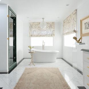 Modern inredning av ett mellanstort grön grönt en-suite badrum, med släta luckor, vita skåp, ett fristående badkar, vita väggar, marmorbänkskiva, dusch med gångjärnsdörr, våtrum, vitt golv, marmorgolv och ett undermonterad handfat