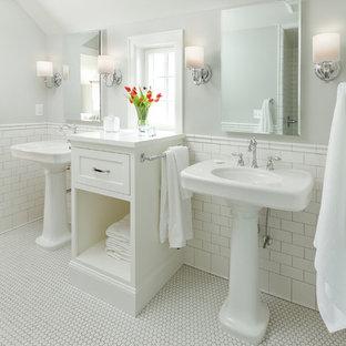 Klassisches Badezimmer En Suite mit Sockelwaschbecken, Schrankfronten im Shaker-Stil, weißen Schränken, weißen Fliesen, Metrofliesen, grauer Wandfarbe, Mosaik-Bodenfliesen und weißem Boden in Minneapolis