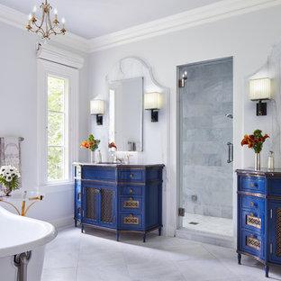 Foto de cuarto de baño principal, mediterráneo, grande, con bañera exenta, paredes blancas, suelo de mármol, encimera de mármol, suelo blanco, armarios tipo mueble, puertas de armario azules, baldosas y/o azulejos grises, baldosas y/o azulejos de mármol y lavabo bajoencimera