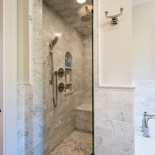 他の地域の大きいトランジショナルスタイルのおしゃれなマスターバスルーム (アンダーカウンター洗面器、落し込みパネル扉のキャビネット、白いキャビネット、御影石の洗面台、アンダーマウント型浴槽、オープン型シャワー、分離型トイレ、白いタイル、サブウェイタイル、グレーの壁、スレートの床) の写真