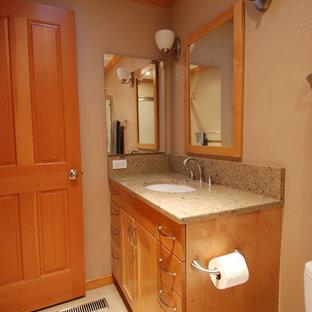 Idee per una piccola stanza da bagno con doccia classica con lavabo sottopiano, ante in stile shaker, ante in legno chiaro, top in quarzo composito, WC monopezzo, piastrelle beige, piastrelle in gres porcellanato, pareti beige e pavimento in gres porcellanato