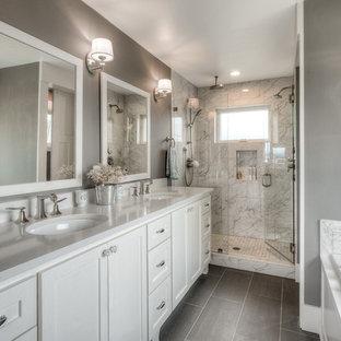 Bild på ett mellanstort vintage en-suite badrum, med skåp i shakerstil, vita skåp, ett platsbyggt badkar, en dubbeldusch, en toalettstol med separat cisternkåpa, grå kakel, porslinskakel, grå väggar, klinkergolv i porslin, ett undermonterad handfat, bänkskiva i kvarts, grått golv och dusch med gångjärnsdörr
