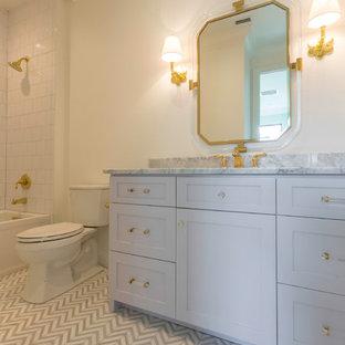 Diseño de cuarto de baño infantil, campestre, de tamaño medio, con armarios con paneles lisos, puertas de armario violetas, bañera esquinera, combinación de ducha y bañera, sanitario de una pieza, paredes blancas y lavabo encastrado