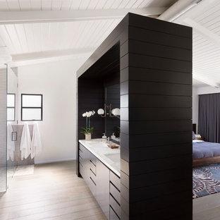 Exempel på ett 50 tals en-suite badrum, med ett undermonterad handfat, släta luckor, svarta skåp, ett fristående badkar, en kantlös dusch, grå kakel, vita väggar och ljust trägolv