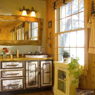 Imagen de cuarto de baño de estilo de casa de campo con lavabo sobreencimera, armarios tipo mueble, puertas de armario con efecto envejecido, encimera de madera, ducha abierta, sanitario de una pieza, paredes beige, suelo de madera en tonos medios y suelo marrón