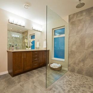 Foto de cuarto de baño principal, contemporáneo, con armarios estilo shaker, puertas de armario de madera oscura, ducha abierta, paredes multicolor, lavabo bajoencimera, suelo multicolor y ducha abierta