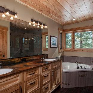 Foto de cuarto de baño contemporáneo con bañera esquinera, ducha esquinera y encimeras marrones
