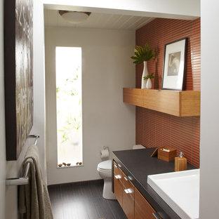 Diseño de cuarto de baño moderno con baldosas y/o azulejos naranja