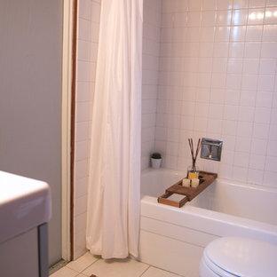На фото: ванные комнаты в стиле ретро с стеклянными фасадами, серыми фасадами, накладной ванной, душем над ванной, унитазом-моноблоком, белой плиткой, керамической плиткой, коричневыми стенами, полом из керамической плитки, консольной раковиной, белым полом и шторкой для душа