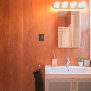 Foto di una stanza da bagno minimalista con ante di vetro, ante grigie, vasca da incasso, vasca/doccia, WC monopezzo, piastrelle bianche, piastrelle in ceramica, pareti marroni, pavimento con piastrelle in ceramica, lavabo a consolle, pavimento bianco e doccia con tenda