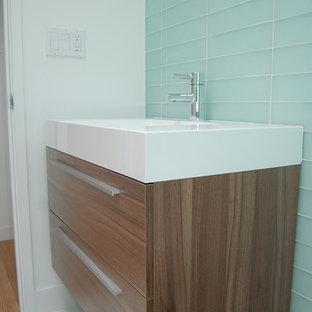 Immagine di una piccola stanza da bagno moderna con ante lisce, ante in legno bruno, doccia aperta, WC monopezzo, piastrelle di vetro, pavimento in marmo e lavabo integrato