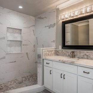 Diseño de cuarto de baño principal, actual, de tamaño medio, con armarios estilo shaker, puertas de armario blancas, ducha empotrada, baldosas y/o azulejos grises, baldosas y/o azulejos blancos, baldosas y/o azulejos de cerámica, paredes grises, suelo laminado, lavabo bajoencimera, encimera de mármol y suelo gris