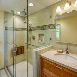 На фото: маленькие ванные комнаты в классическом стиле с врезной раковиной, фасадами в стиле шейкер, фасадами цвета дерева среднего тона, столешницей из искусственного кварца, угловым душем, раздельным унитазом, зеленой плиткой, керамической плиткой, желтыми стенами, полом из мозаичной плитки, душем с раздвижными дверями, душевой кабиной, белым полом, бежевой столешницей, нишей, сиденьем для душа, тумбой под одну раковину и встроенной тумбой