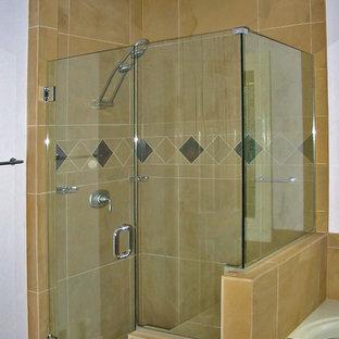 Modernes Badezimmer mit Schrankfronten mit vertiefter Füllung, hellbraunen Holzschränken, Einbaubadewanne, Eckdusche, lila Wandfarbe, Unterbauwaschbecken und Granit-Waschbecken/Waschtisch in Atlanta