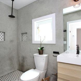 Diseño de cuarto de baño con ducha, ecléctico, pequeño, con lavabo integrado, armarios con paneles lisos, puertas de armario de madera clara, encimera de acrílico, ducha abierta, urinario, baldosas y/o azulejos multicolor, baldosas y/o azulejos de cerámica, paredes grises y suelo de baldosas de cerámica