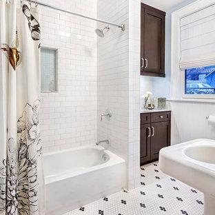 Foto di una stanza da bagno chic di medie dimensioni con lavabo a colonna, piastrelle diamantate, ante in stile shaker, ante in legno bruno, top in marmo, vasca ad alcova, piastrelle bianche, pareti blu, pavimento con piastrelle a mosaico e vasca/doccia