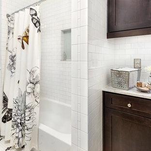 Diseño de cuarto de baño clásico renovado, de tamaño medio, con armarios estilo shaker, puertas de armario de madera en tonos medios, encimera de mármol, bañera empotrada, combinación de ducha y bañera, baldosas y/o azulejos amarillos, baldosas y/o azulejos de cemento, paredes azules y suelo de baldosas de cerámica