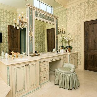 Ispirazione per una stanza da bagno padronale classica di medie dimensioni con lavabo sottopiano, ante a filo, ante beige, top in pietra calcarea, vasca da incasso, WC monopezzo, piastrelle beige, pareti verdi e pavimento in travertino