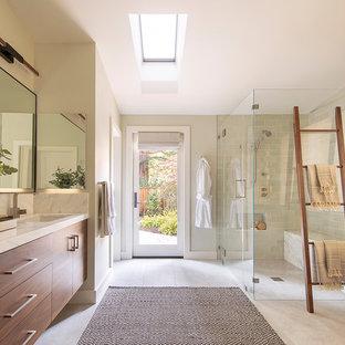 Modern inredning av ett vit vitt en-suite badrum, med släta luckor, skåp i mellenmörkt trä, en hörndusch, grön kakel, beige väggar, ett undermonterad handfat, grått golv och dusch med gångjärnsdörr